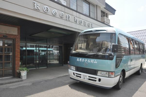 外観と送迎バス2.jpg